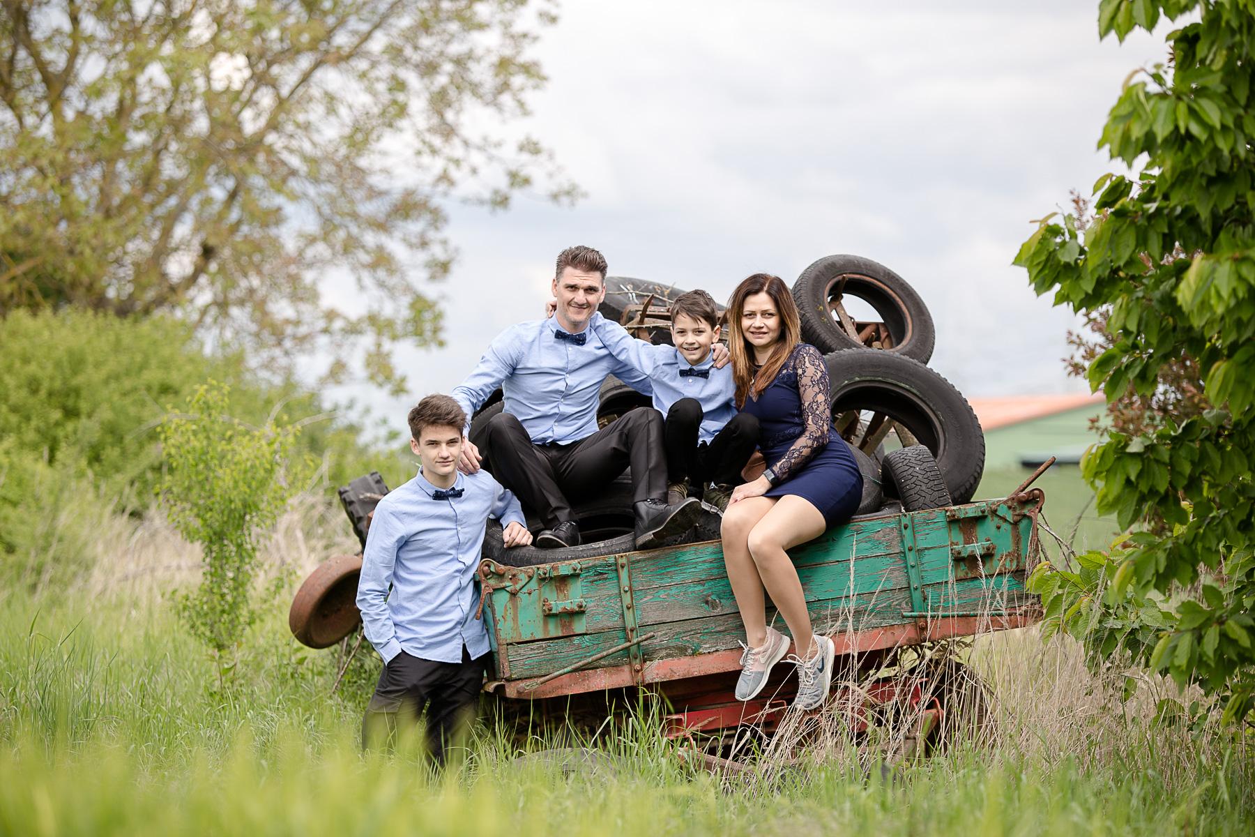 Familienfoto auf Bauernhof