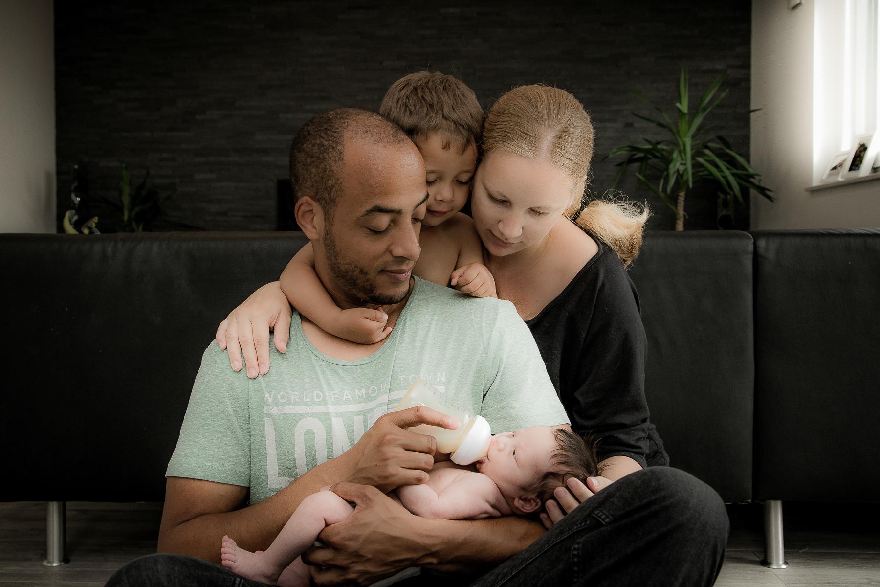 Familie zuhause mit Kleinkind