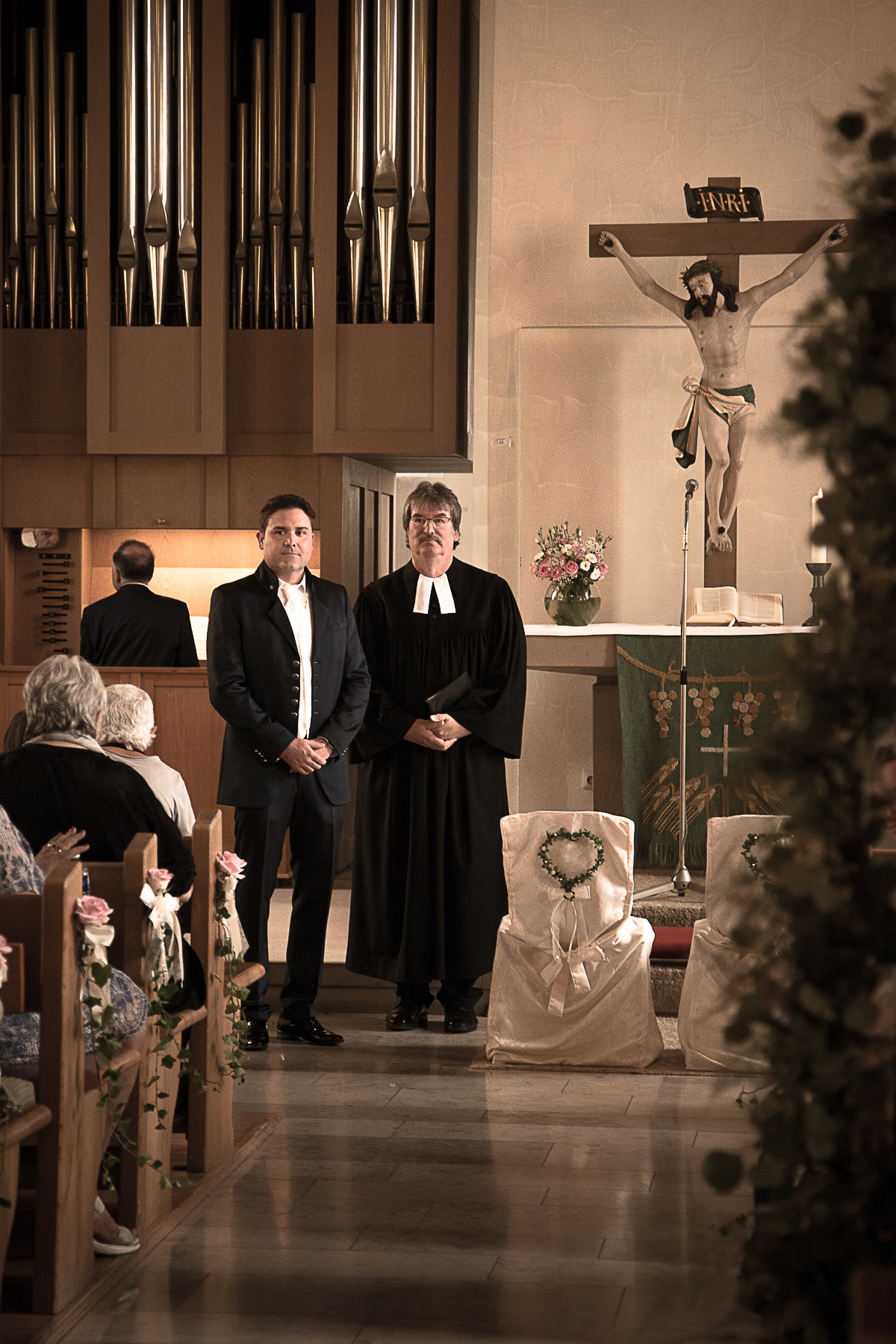 Bräutigam und Pfarrer wartend