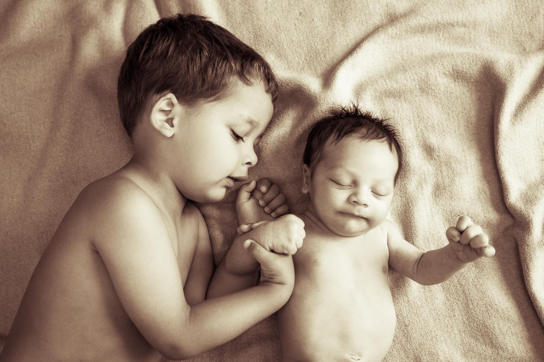 Baby mit Bruder
